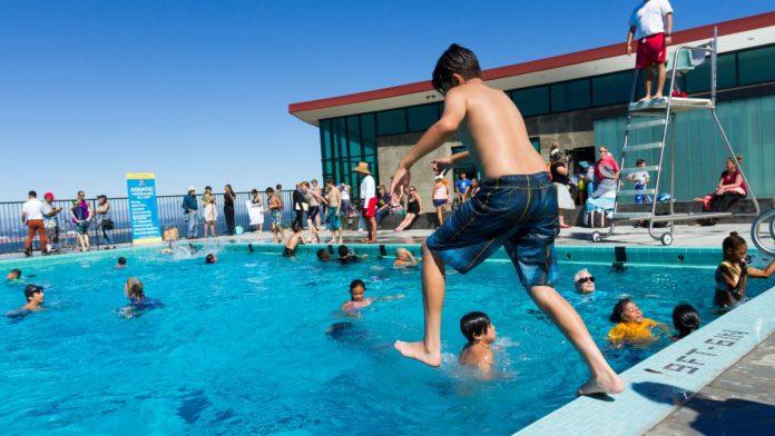 Expulsan a familias latinas de una piscina por escuchar música mexicana